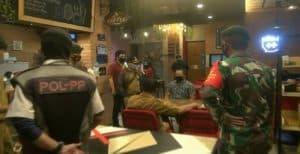 Melanggar PSBB, 2 Cafe Ditutup Petugas Gabungan